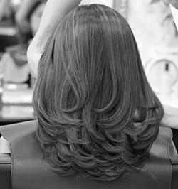 Стрижка волос средней длины